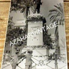 Fotografía antigua: SEVILLA, AÑOS 70, OFRENDA FLORES MONUMENTO A DAOIZ, POLICIA ARMADA, 128X178MM. Lote 127733999