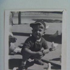 Fotografía antigua - MINUTERO FOTOGRAFO DEL PARQUE Mª LUISA SEVILLA : NIÑO EN PLAZA DE LAS PALOMAS , 1963 - 127814299