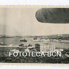 Fotografía antigua: FOTO ORIGINAL MAHON BAHIA PUERTO BARCO CASAS Y ALMACENES MENORCA AÑO 1946. Lote 128012563