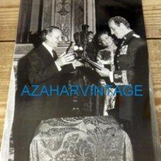 Fotografía antigua: MADRID, 1978, EL REY DON JUAN CARLOS TRAS SANCIONAR LA CONSTITUCION 180X240MM. Lote 128564831