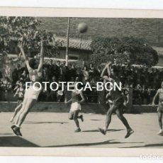 Fotografía antigua: FOTO ORIGINAL PARTIDO BALONCESTO ENTRE BARCELONA Y BIM BASQUET INSTITUCIO MONTSERRAT AÑO 1944. Lote 128958739