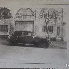 Fotografía antigua: ANTIGUA FOTOGRAFIA.COCHE FRENTE A LOCAL.JUAN GIRALT MIRÓ.BARCELONA.AÑOS 30?. Lote 129256523