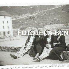 Fotografía antigua: FOTO ORIGINAL VALL DE NURIA TURISTAS EDIFICIOS AÑOS 50. Lote 129262715