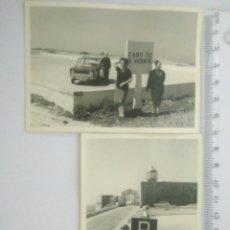 Fotografía antigua: 2 FOTOS ANTIGUAS MUJERES EN CABO S.VICENTE FARO.COCHE DE LA EPOCA AÑOS 60. Lote 129392216