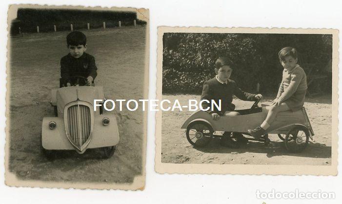 2 FOTOS ORIGINALES NIÑO EN COCHE DE PEDALES JUGUETE AÑOS 50 (Fotografía Antigua - Fotomecánica)
