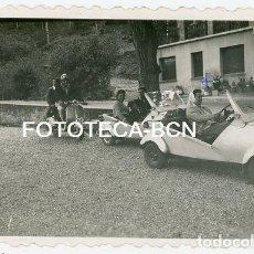 Fotografía antigua: FOTO ORIGINAL EXCURSION A MONTSERRAT COCHE AUTOMOVIL BISCUTER MOTO SCOOTER VESPA AÑO 1955. Lote 129598527
