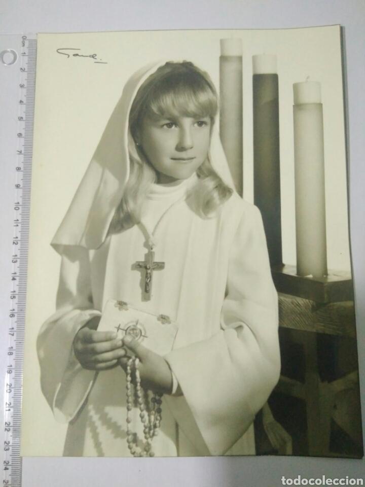 Fotografía antigua: BONITA FOTOGRAFIA LINDA NIÑA EN MI PRIMERA COMUNION AÑOS 60 GARDI - Foto 2 - 129668640