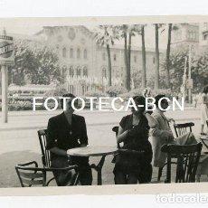 Fotografía antigua: FOTO ORIGINAL BARCELONA PL UNIVERSITAT JARDIN DESAPARECIDO TERRAZA BAR PUBLICIDAD MARTINI AÑOS 50. Lote 129683999