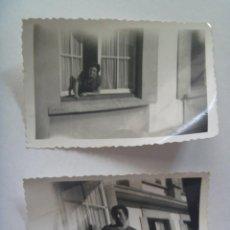 Fotografía antigua - LOTE DE 2 FOTOS DE MUJER EN VENTANA . PERLORA , 1960 - 138078305
