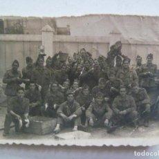 Fotografía antigua: FOTO DE LA MILI : SOLDADOS POSANDO PELANDO PATATAS , OLLAS, ETC. Lote 195220355