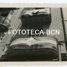Fotografía antigua: FOTO ORIGINAL BARCELONA BALCON ENGALANADO POR EL CONGRESO EUCARISTICO AÑO 1952. Lote 129960219