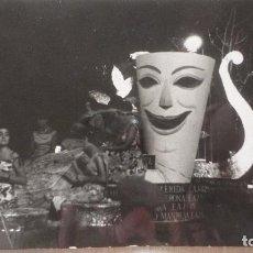 Fotografía antigua: ANTIGUA FOTOGRAFIA DE ALGUNA CARROZA.CARNAVAL? CATALUÑA? AÑOS 60. Lote 130277450