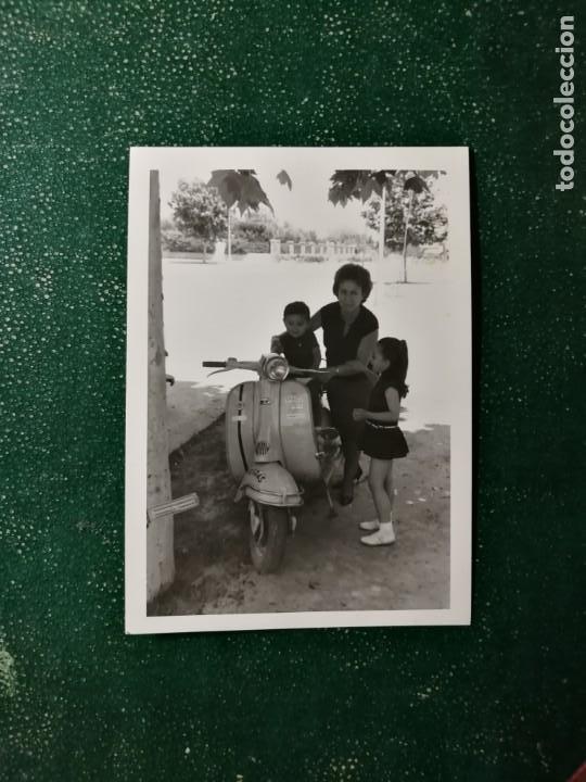 ANTIGUA FOTOGRAFÍA. MOTO LAMBRETTA O VESPA. FOTO AÑOS 60. (Fotografía Antigua - Fotomecánica)