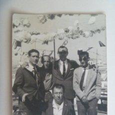 Fotografía antigua: FOTO DE GRUPO DE HOMBRES EN LA FERIA. Lote 130700074