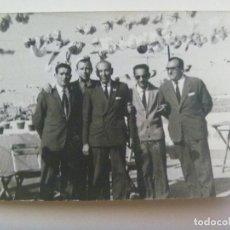 Fotografía antigua: FOTO DE GRUPO DE HOMBRES EN LA FERIA. Lote 130719154