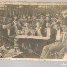 Fotografía antigua: FOTOGRAFÍA. GRUPO DE AMIGOS EN LA FERIA. FECHA A LÁPIZ: DOMINGO 27 MARZO 1938. (C/A59). Lote 130927588