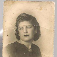 Fotografía antigua: FOTOGRAFÍA. SEÑORA CON PEINADO ¨ARRIBA ESPAÑA¨ . HUELVA 6-12- 1943.(C/A59). Lote 130928492