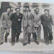 Fotografía antigua: ALBACETE ANTIGUA FOTO DE GRUPO DE JOVENES EN CALLE DE LA CIUDAD AÑO 1950 FOTOS JOAQUIN PEÑA. Lote 130940872