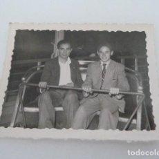 Fotografía antigua: ANTIGUA FOTO DE DOS JOVENES EN ATRACCION FERIAL AÑOS 50 (QUIZAS ALBACETE). Lote 130940936