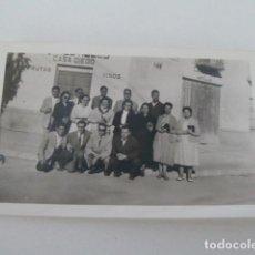 Fotografía antigua: ALBACETE ANTIGUA FOTO DE GRUPO DE PERSONAS FRENTE A TIENDA DE COMESTIBLES CASA DIEGO AÑOS 50. Lote 130941140