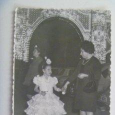 Fotografía antigua: MINUTERO DE FOTOGRAFO DE FERIA : NIÑA VESTIDA DE FLAMENCA , DETRAS LA PORTADA, 1968. Lote 152489540