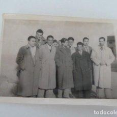Fotografía antigua: ANTIGUA FOTO DE GRUPO DE JOVENES ELEGANTES AÑOS 50 (QUIZAS DE ALBACETE POR DONDE SE ENCONTRO LOTE. Lote 131650698
