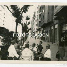 Fotografía antigua: FOTO ORIGINAL PAMPLONA PASEO PERSONAS EN UNA TERRAZA AÑO 1965. Lote 132084670