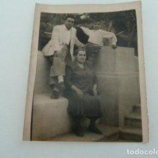 Fotografía antigua: ANTIGUA FOTO FAMILIA- PARQUE DE LOS MARTIRES ALBACETE AÑOS 50 . Lote 132686514