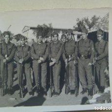 Fotografía antigua: FOTO DE LA MILI: SOLDADOS CON ROPA DE FAENA Y FUSILES MAUSER . AÑOS 50. Lote 132769002