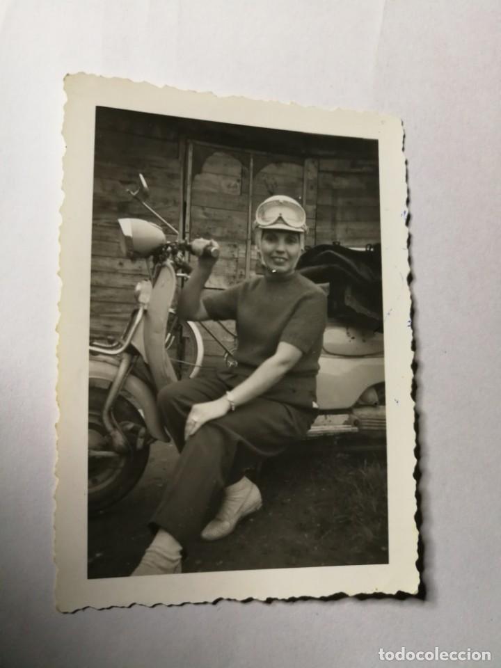 ANTIGUA FOTOGRAFÍA. MUJER CON CASCO JUNTO A MOTO VESPA O LAMBRETTA. FOTO AÑOS 50. (Fotografía Antigua - Fotomecánica)
