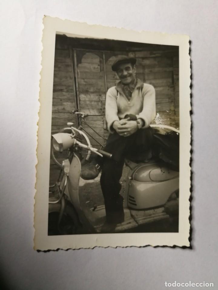 ANTIGUA FOTOGRAFÍA. JUNTO A MOTO VESPA O LAMBRETTA. FOTO AÑOS 50. (Fotografía Antigua - Fotomecánica)
