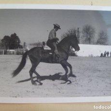 Fotografía antigua: FOTO DE CAMPERO A CABALLO, DOMA VAQUERA O SIMILAR, AL FONDO UN CORTIJO.. Lote 133041746