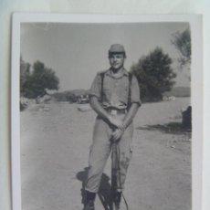 Fotografía antigua: FOTO DE LA MILI : SOLDADO CON ROPA DE FAENA Y CETME. 32 COMPAÑIA , 3º BATALLON DE MARINES. VALENCIA. Lote 133060046