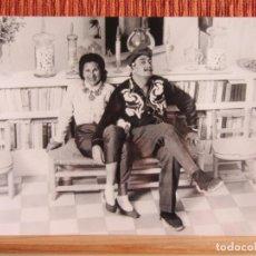 Fotografía antigua: 1965-.SALVADOR DALÍ Y GALA. PINTOR. PINTURA. FOTOGRAFIA GRANDE. Lote 133102978