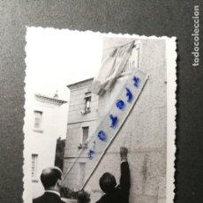 Fotografía antigua: FOTOGRAFÍA. VERÍN. PROVINCIA DE ORENSE. INAUGURACIÓN PLACA DEL CAUDILLO. FOTO AÑOS 50/60.. Lote 133676334