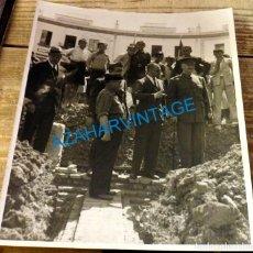 Fotografía antigua: SEVILLA, 1937, GUERRA CIVIL, VISITA DE QUEIPO DE LLANO A LAS OBRAS DEL TIRO DE LINEA,180X215MM. Lote 133743666