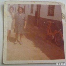 Fotografía antigua: FOTO DE MUJERES Y DETRAS UNA MOTOCICLETA VESPINO. Lote 134196354