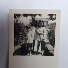 Fotografía antigua: NIÑAS EN EL JARDÍN, GIRLS IN THE GARDEN, FILLES DANS LE JARDIN. Lote 134247262