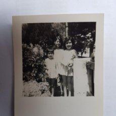 Fotografía antigua: NIÑAS EN EL JARDÍN, GIRLS IN THE GARDEN, FILLES DANS LE JARDIN. Lote 134247266