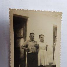 Fotografía antigua: 1946 MUCHACHA CON SU TÍO, FILLE AVEC SON UNCLE, GIRL WITH HER UNCLE. Lote 134247306
