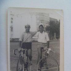 Fotografía antigua: FOTO DE DOS JOVENES EN BICICLETA . MONOVAR, 1961. Lote 134248926