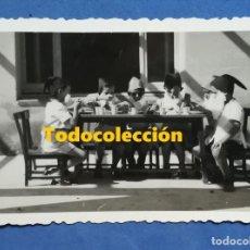Fotografía antigua: ENVÍO GRATIS. MESA DE NIÑOS DISFRAZADOS DE ENANITOS. Lote 134360666