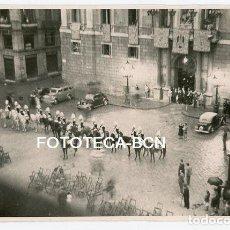 Fotografía antigua - FOTO ORIGINAL BARCELONA PL SANT JAUME FIESTA DEL CORPUS GUARDIA URBANA A CABALLO AÑO 1950 - 134490406