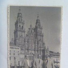 Fotografía antigua: FOTO DE HOMBRES ANTE LA CATEDRAL DE SANTIAGO DE COMPOSTELA , 1955. Lote 134813218