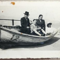 Fotografía antigua: FOTO ANTIGUA ORIGINAL INEDITA FOTO FAMILIAR EMBARCACION 108 MM X 82 MM.. Lote 135070978