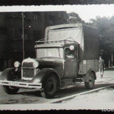 Fotografía antigua: FOTOGRAFÍA DE 1962 DE CAMIÓN FORD A DE LOS AÑOS 30. MATRÍCULA DE OVIEDO.. Lote 136128534