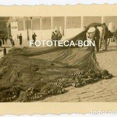 Fotografía antigua: FOTO ORIGINAL SAN SEBASTIAN DONOSTIA PUERTO PESCADORES RED DE PESCA AÑO 1944. Lote 136169818