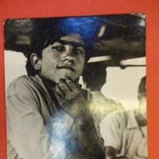 Fotografía antigua: EL NOI DEL FUTBOLIN. FOTO ORIGINAL EXPOSICION 1965. SAN ANDRÉS. BARCELONA. 40 X 30 CTMS.. Lote 136172310