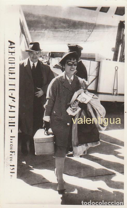 ANTIGUA FOTO RECUERDO DEL AEROPUERTO DE MADRID. AVIÓN AL FONDO. 50-60S ÓPTICA GONZALO, SALAMANCA CB (Fotografía Antigua - Fotomecánica)