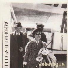 Fotografía antigua: ANTIGUA FOTO RECUERDO DEL AEROPUERTO DE MADRID. AVIÓN AL FONDO. 50-60S ÓPTICA GONZALO, SALAMANCA CB. Lote 136439930
